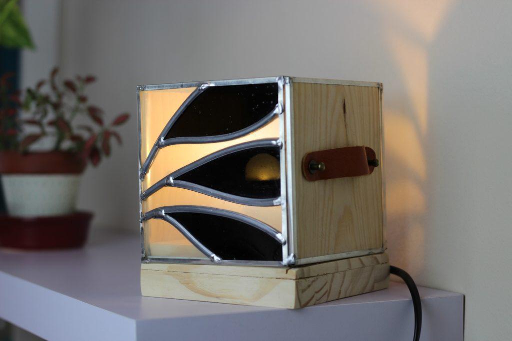 lampe carrée en vitrail bois et poignées cuir motif végétal