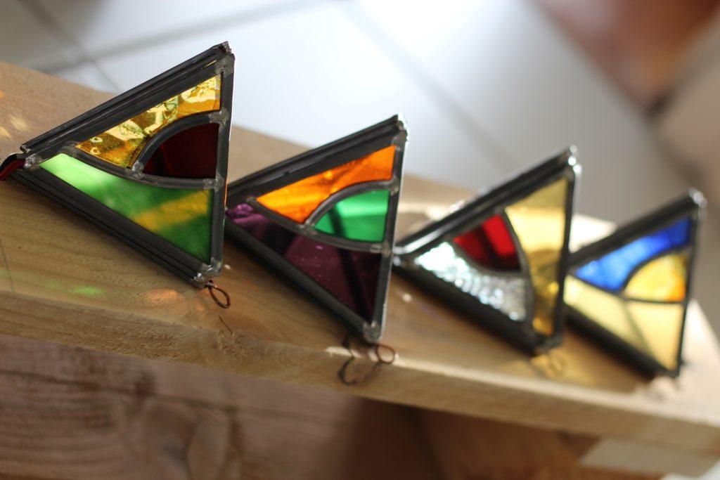 quatre luminaires en vitrail colorés