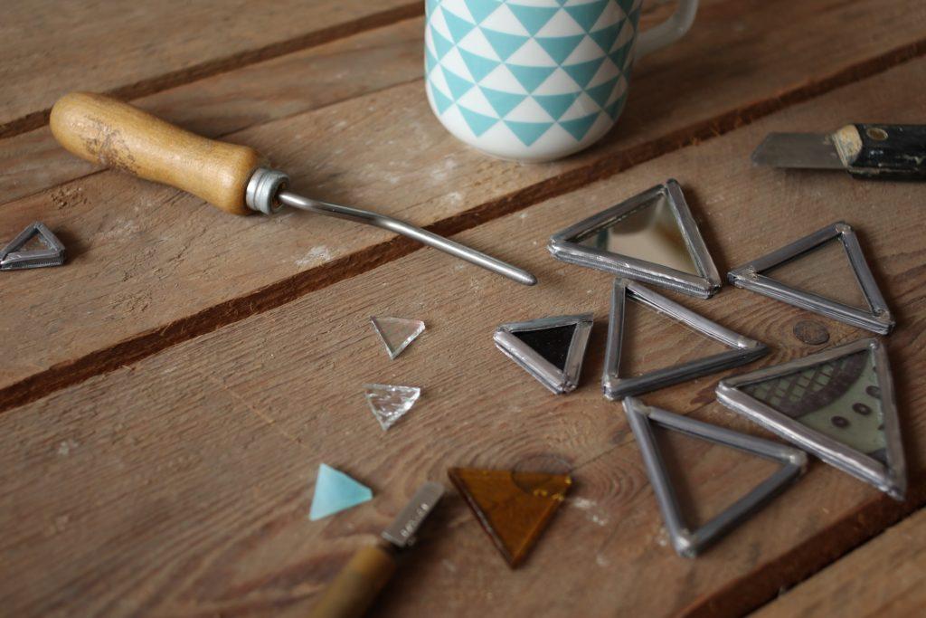 outils de vitraux et détails de plomb et verres assemblés